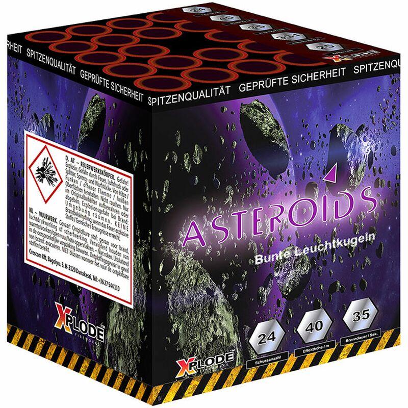 Asteroids 24-Schuss-Feuerwerk-Batterie Roter Aufstieg zu silber Kreisel zu goldenen Brokatkronen mit blauen Sternen, gerade und im Fächer geschossen.