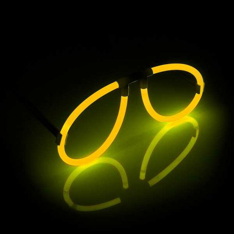 Knicklicht Brille 1 Stk. Gelb Das Zusammensetzen der Brille ist ganz einfach! Der Nasensteg dient als Mittelstück der leuchtenden Brille. Füge je ein Knicklicht auf jeder Seite in den Nasensteg ein. Befestige dann die Bügel an den Leuchtstäben und fertig ist die Knicklichter Brille! Mit diesem Set kannst Du die Brille ein Mal füllen. Sie leuchtet nach dem Aktivieren (Knicken) des Knicklichts etwa 8 Stunden. So ist der Party-Spaß die ganze Nacht lang garantiert. Mit der Fun-Knicklicht Spaßbrille hast Du in jeder Lage den leuchtenden Durchblick. Du willst bei Deinem nächsten Partybesuch so richtig auffallen? Unsere Fun-Knicklicht Spaßbrille ist ein ganz besonderer Hingucker. Im Lieferumfang sind enthalten: - 1 Nasensteg (Mittelstück) - 2 Bügel - 2 Arm-Knicklichter